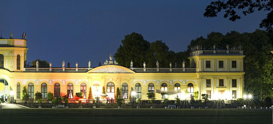 Beispiel: Außenansicht Orangerie bei Abenddämmerung, Foto: Orangerie.