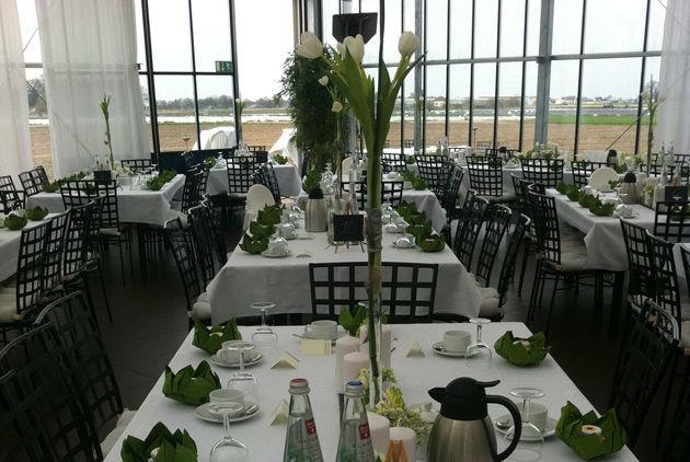 Beispiel: Hochzeitsbankett an eckigen Tischen, Foto: Gwächshaus.