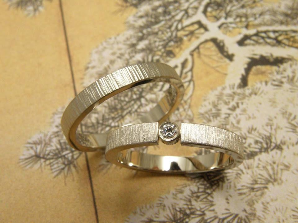* witgouden trouwring vlak met streepjes en 0,05 crt briljant geslepen diamant  * witgouden trouwring vlak met spitse hamerslag * trouwringen uit het Oogst atelier