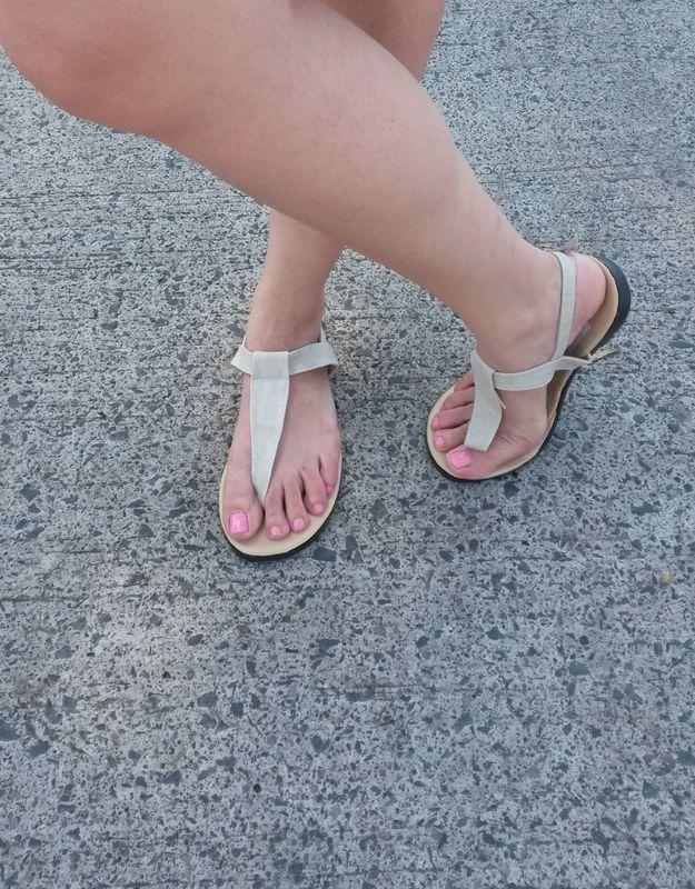 El modelo de sandalias es ideal para una boda en la playa! Sandalia modelo Pata de Gallo.