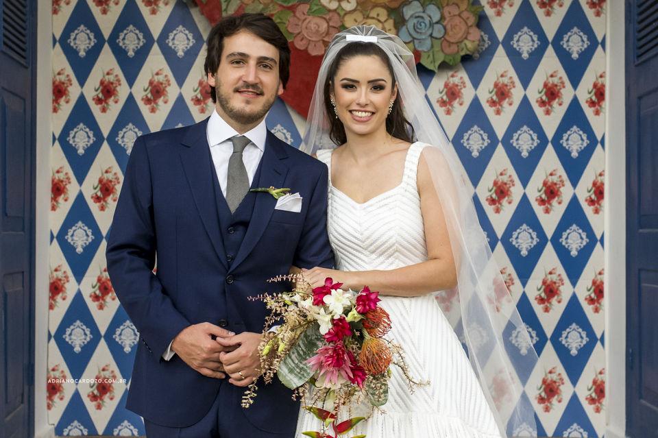 Os noivos no altar com nossa linda arte que criamos com inspiração nos relicários de MG