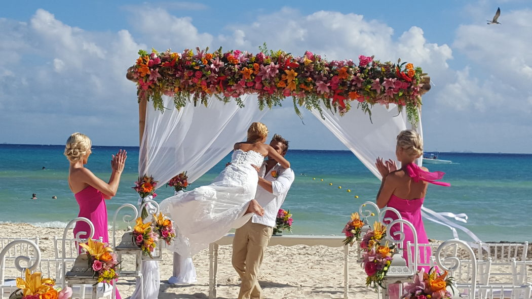 ceremonia #mobiliarioparaeventos, #bodasenlaplaya #beachweddings #centrosdemesa #centerpieces #bodasencancun #partyboutiquecancun #udwfinefurniturerental #prettyflowerscancun