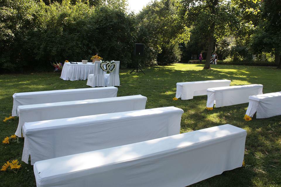 Beispiel: Trauzeremonie im Freien, Foto: Alternativhochzeit.