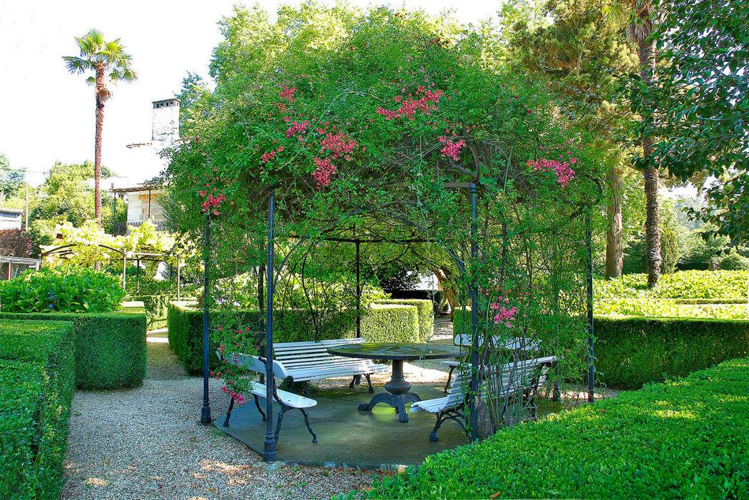 Antiguo cenador bajo rosales