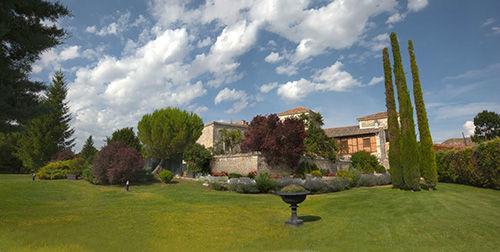 Vista panorámica de parte del jardín del Palacio del Arzobispo, Huérmeces. Burgos