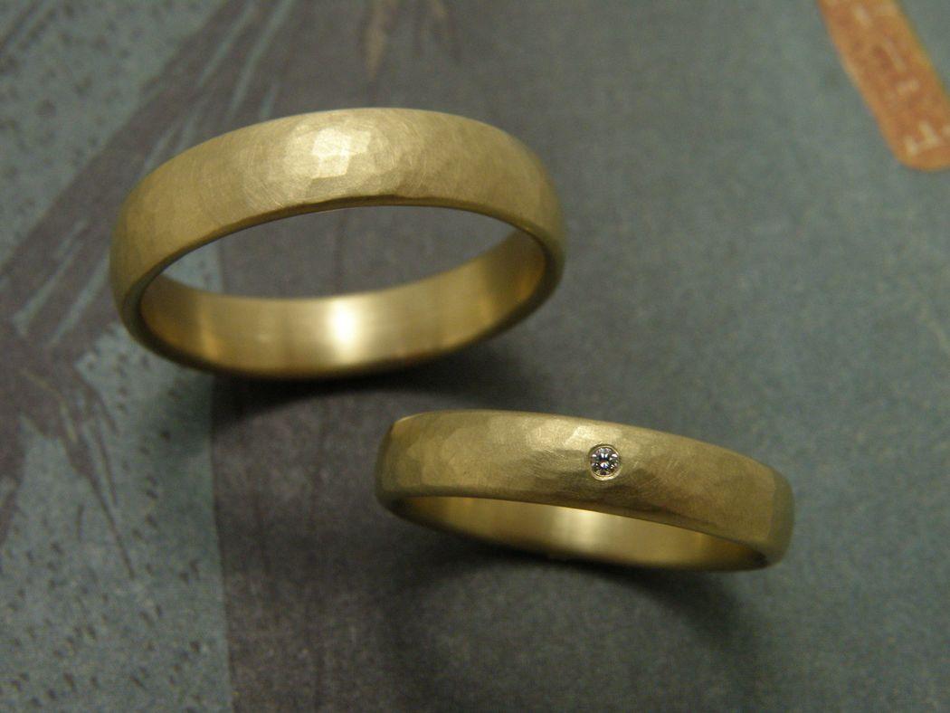 * geelgouden ring met kussen hamerslag en 0,01 crt briljant geslepen diamant  * geelgouden ovale ring met kussen hamerslag  * trouwringen uit het Oogst atelier