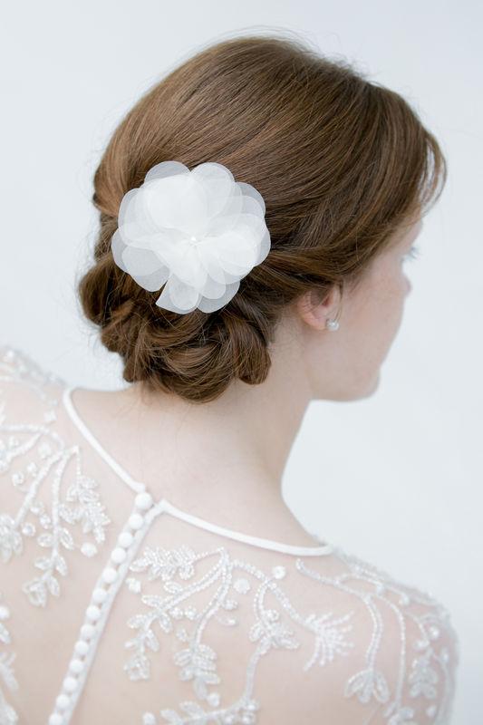 Haarblüte aus Seide für den romantischen Braut Look. Haarschmuck für die Braut.