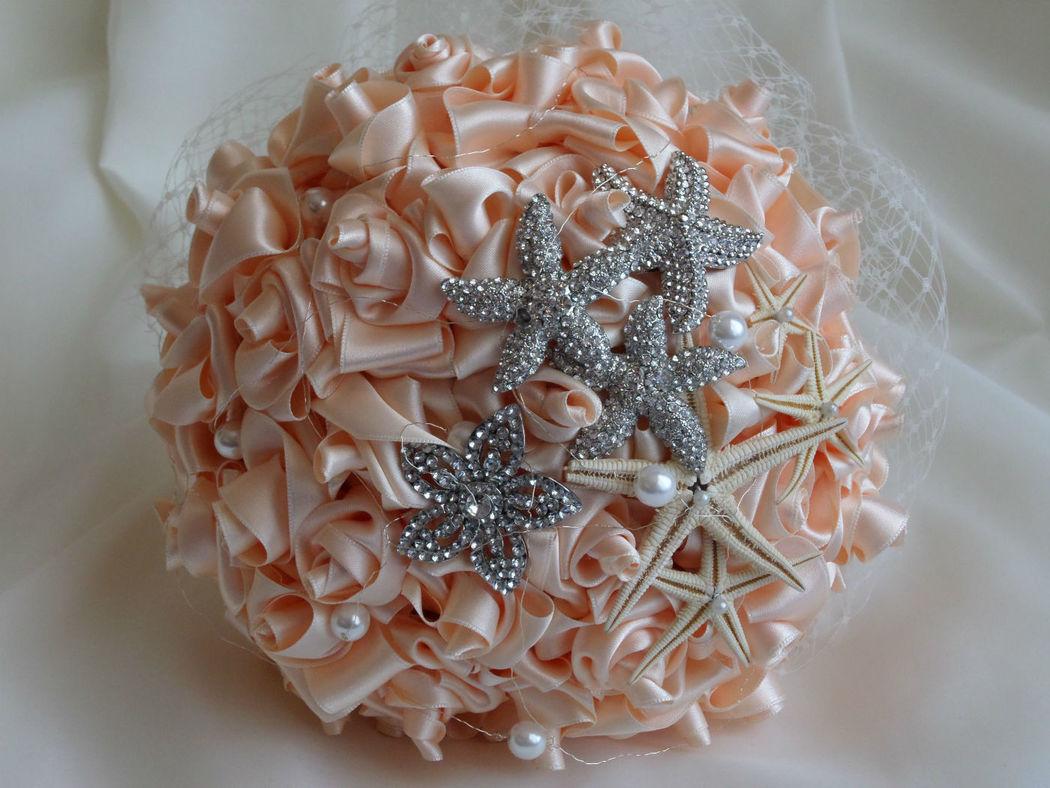 Bouquet rosas de satén y estrellas de mar