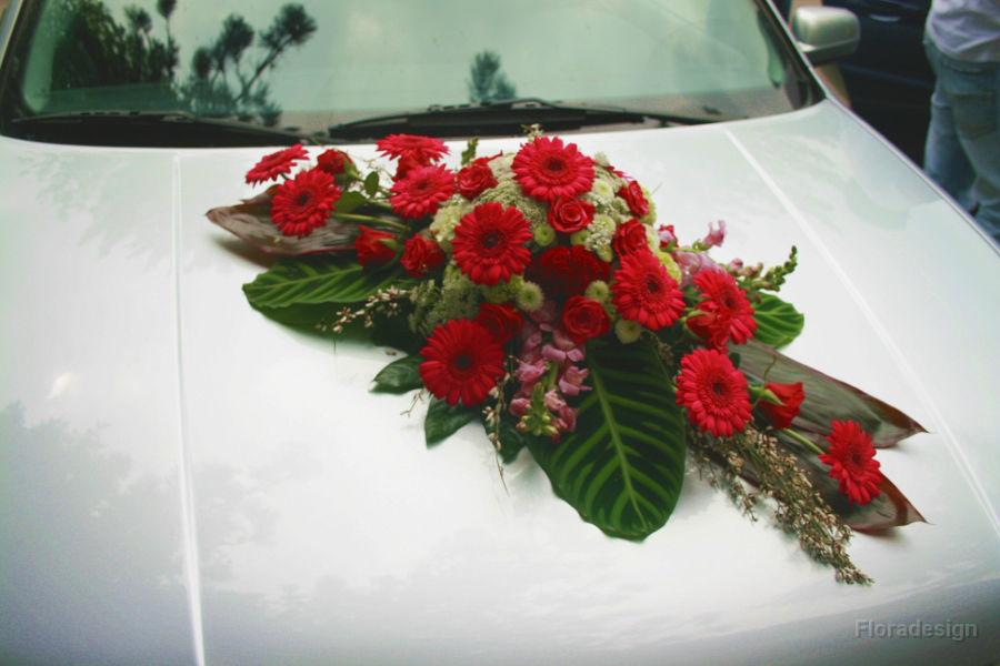 Beispiel: Blumenschmuck für das Brautauto, Foto: Floradesign.