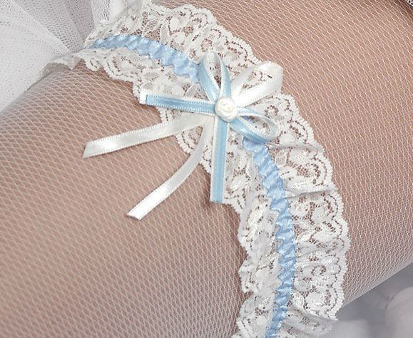 Beispiel: Wunderschöne Strumpfbänder, Foto: Gaia Brautaccessoires.