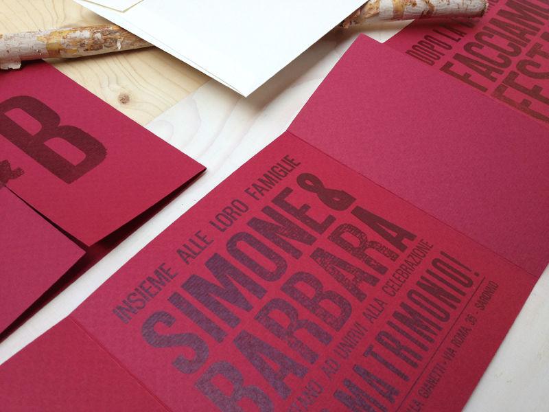 Partecipazioni stampate su carta goffrata.