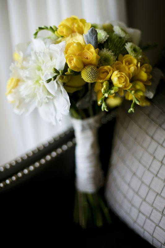 en pleno verano un ramo en amarillos y blancos