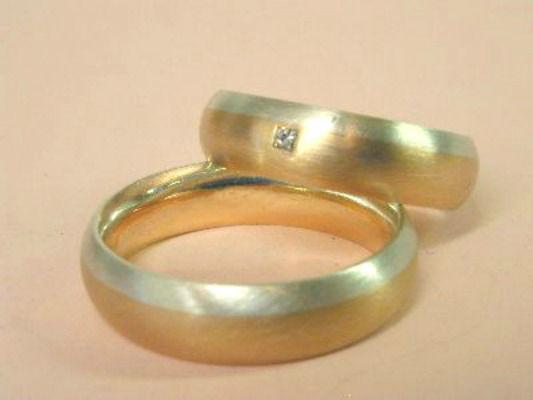 Beispiel: Trauringe - Rotgold/Silber mit Brillant, Foto: Eveline Köhler Schmuckdesign.