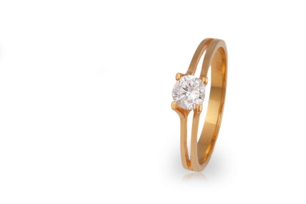 Solitario en oro amarillo con diamante central de .50ct