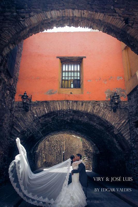Contamos con un excelente fotografó de bodas el cual podrá captar cada detalle de tu boda.