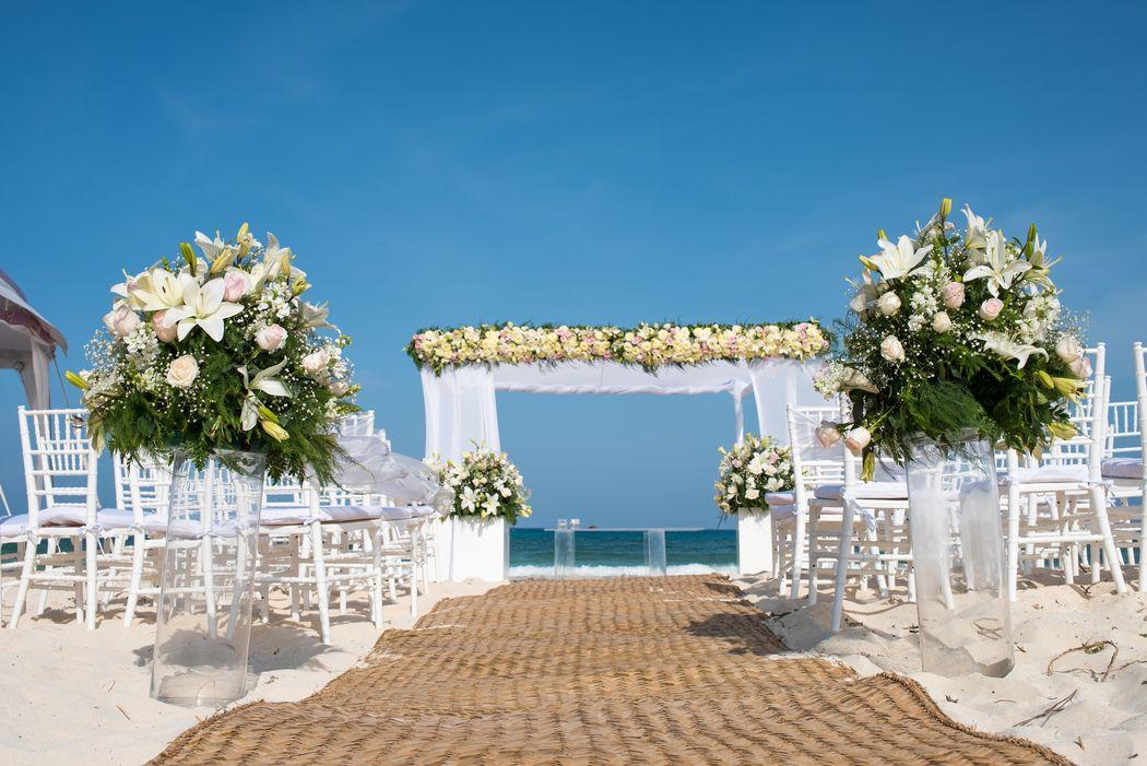 Gazebos para ceremonias #mobiliarioparaeventos, #bodasenlaplaya #beachweddings #centrosdemesa #centerpieces #bodasencancun #partyboutiquecancun #udwfinefurniturerental #prettyflowerscancun