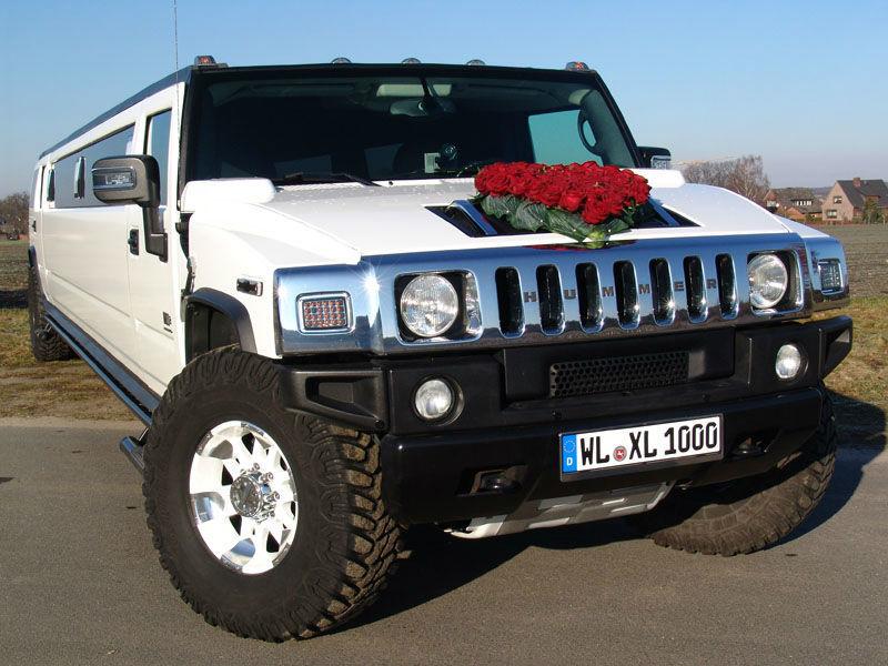 Der weiße Hummer mit einem Blumengesteck auf der Motorhaube - es sind auch ganz individuelle Blumengestecke möglich - hierfür ist eine Abstimmung zwischen uns und dem Floristen hinsichtlich der Befestigung erforderlich.