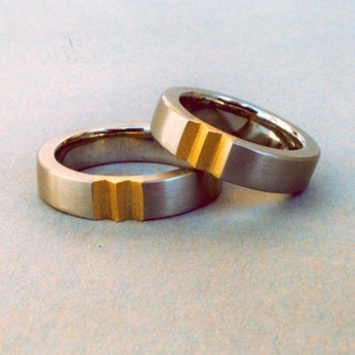 Beispiel: Silberner Trauring mit goldenen Einkerbungen, Foto: Goldschmiedepunkt.