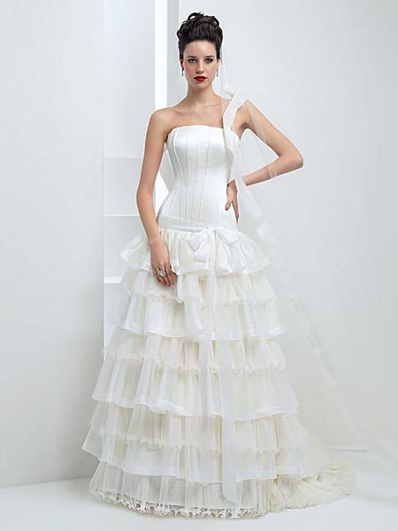 Beispiel: Einzigartige Brautmode, Foto: Liluca Bern.