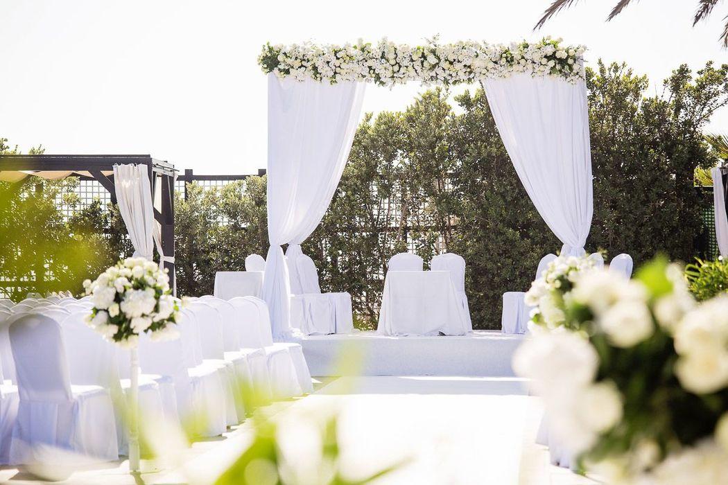 Altar detalle floral en terraza Marbella La Cabane