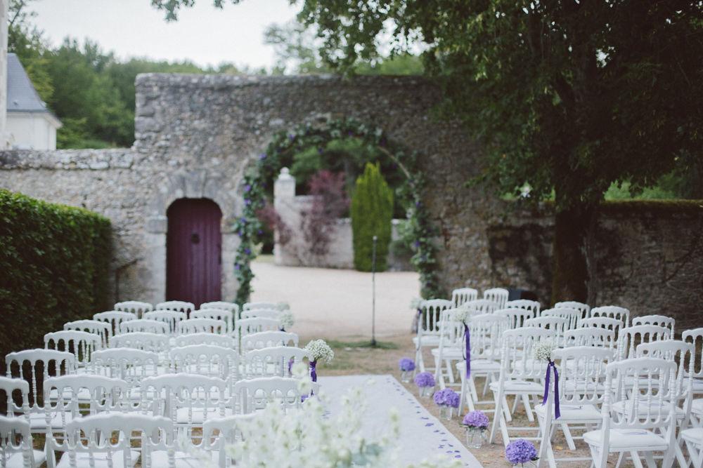 Mariage C&F | Cérémonie laïque dans les jardins du manoir tout en blanc, violet  et touches de vert.