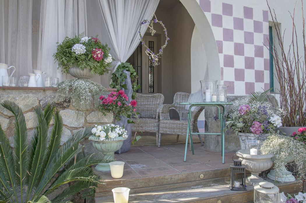 El Porche. Decoración floral, velas, guirnaldas con mensajes...multitud de posibilidades en un marco único.