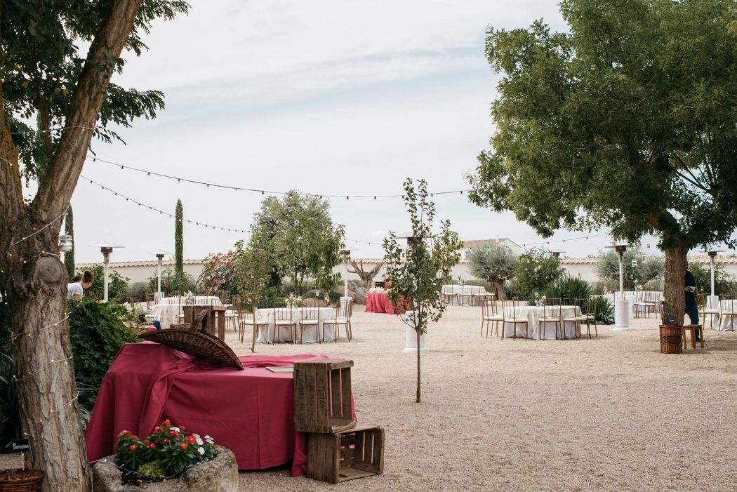 Preparando las mesas y bodegones para el banquete