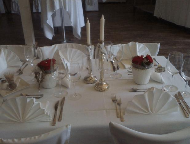 Beispiel: Geschmückte Hochzeitstafel, Foto: Traumwerk.