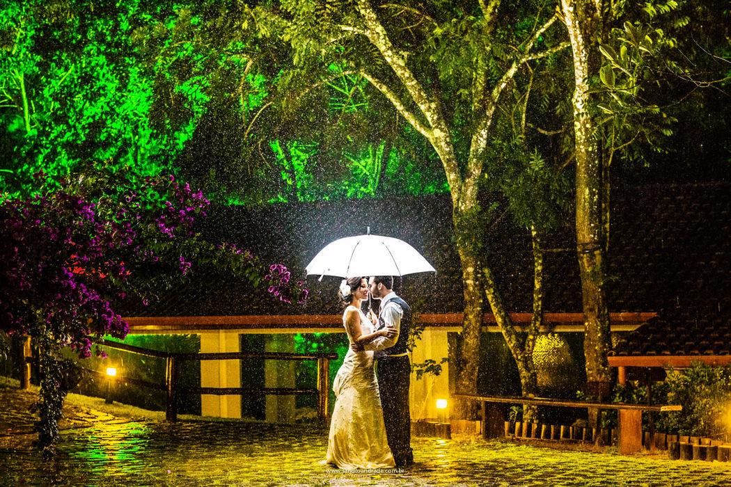 Casamento em SP. Os queridos noivos na chegada para a festa e com muita chuva. Sandro Andrade Fotografia