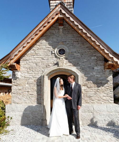 Beispiel: Brautpaar vor der Kapelle, Foto: Brenneralm.