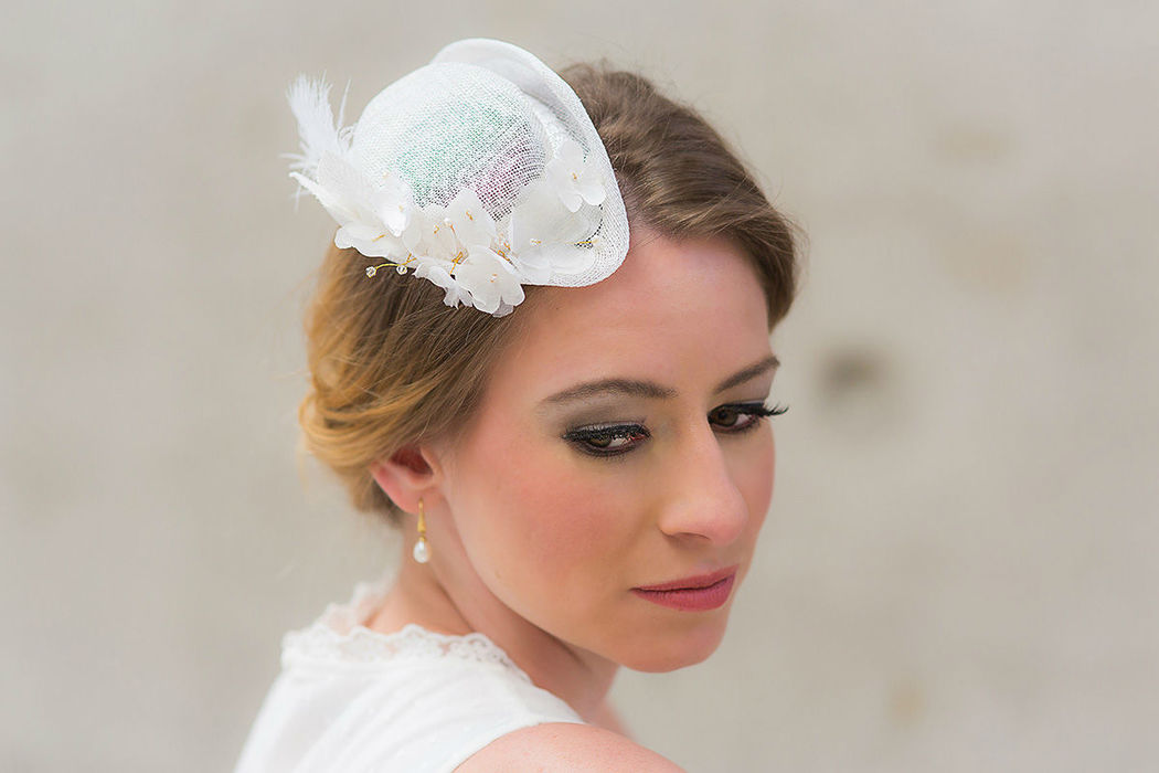 Brauthütchen mit Seidenblumen und Perlen Bridal mini hat with silk flowers and pearls