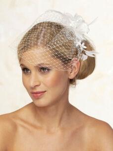 Beispiel: Haarschmuck der begeistert, Foto: feminin Braut- und Abendmode Accessoires.