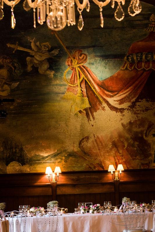 les fresques couvrant les murs de la grande salle