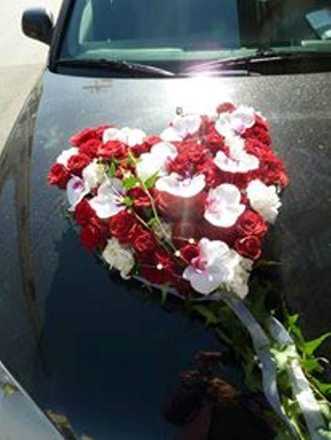 Beispiel: Blumengesteck für das Auto, Foto: Blumen Christl.
