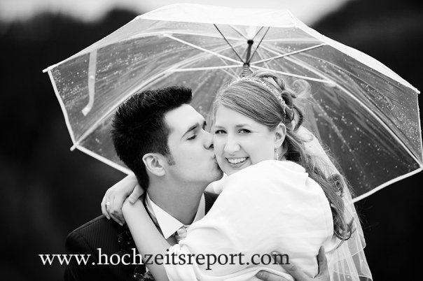 Beispiel: Brautpaar mit Schirm, Foto: yourphoto.