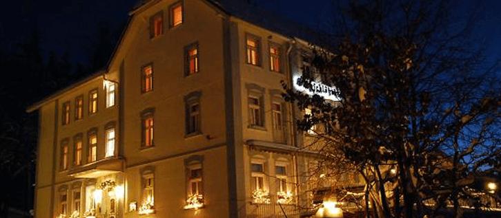 Beispiel: Aussenansicht bei Nacht, Foto: Waldhotel Bergschlösschen.