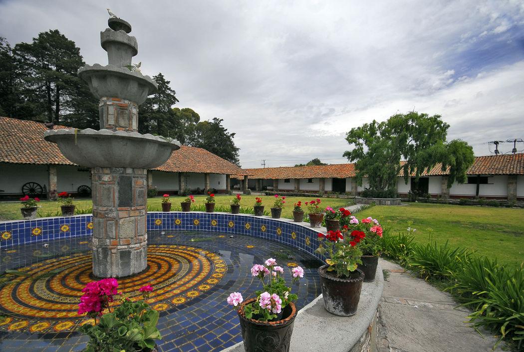 Amplio Jardín Colonial contiguo al salón. -Hacienda Buenavista.
