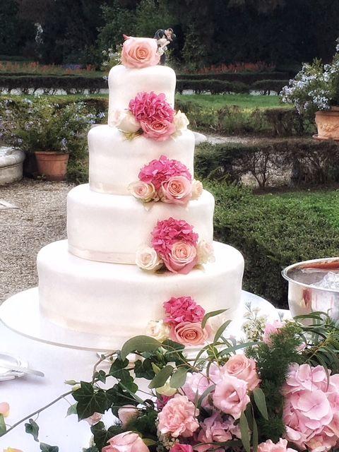 Romantica Wedding Cake con rose e ortensie