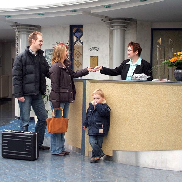 Beispiel: Rezeption, Foto: AKZENT Hotel Saller See.