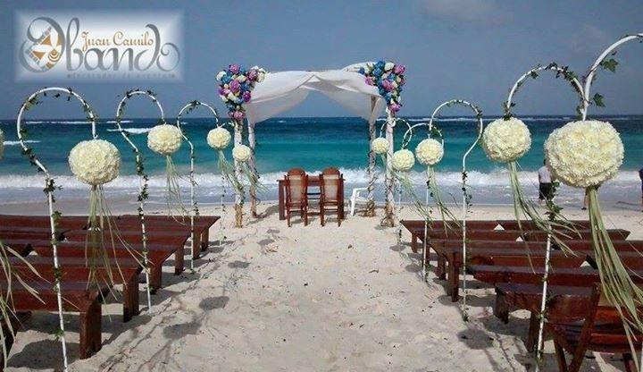 Una hermosa ceremonia en la Playa de San Andres Colombia. Diseño y Decoracion: Juan Camilo Obando. Produccion: Indigo Boda y Eventos