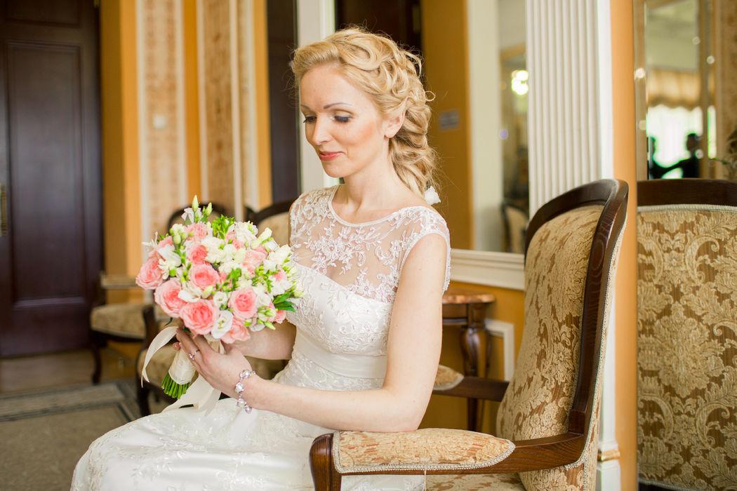 Ольга.цветы в причёски дополняют романтической образ невесты