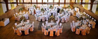 Beispiel: Hochzeitsgedeck in der Reithalle, Foto: Gut Sonnenhausen.