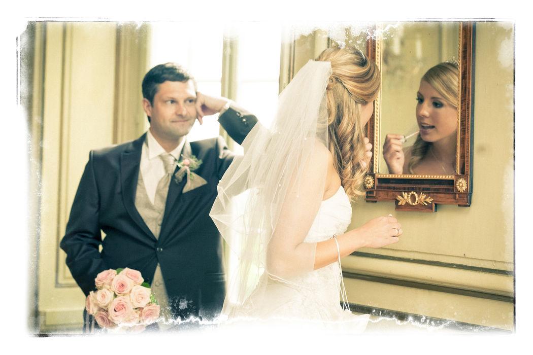 witzige Momentaufnahme des Brautpaars
