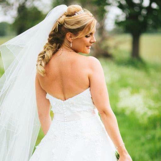 Modern bruidskapsel met vlecht en vulstuk