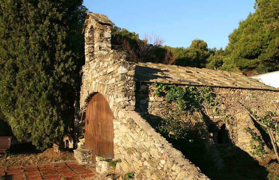 La Capilla construida en piedra, al estilo de la zona e imitando a Sant Pere de Rodes