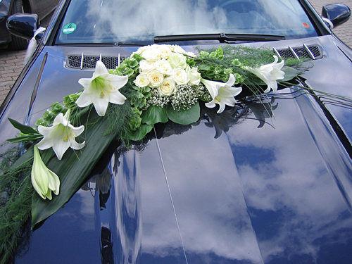 Beispiel: Blumen fürs Hochzeitsauto, Foto: Krätzer Blumen.