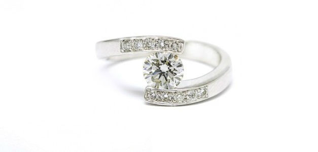 Anillo de Pedida con Diamantes engastado en dos medias lunas y diamantes en los brazos