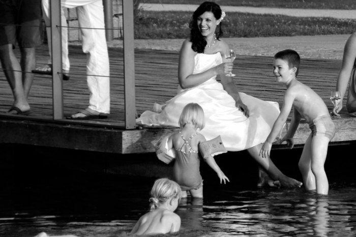 Beispiel: Braut mit Kindern am Steg, Foto: Delcanto.