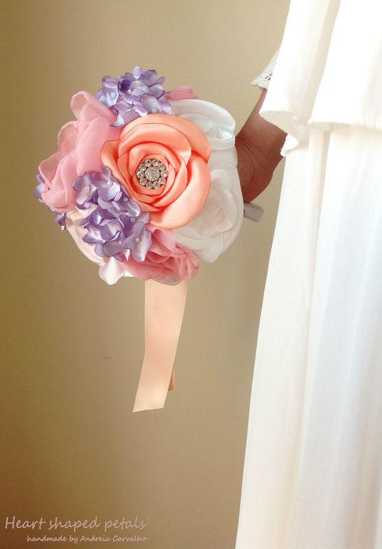 Bouquet de rosas e liláses com brilhantes e pérolas