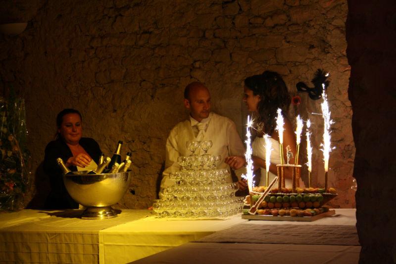 Mise en lumière de la cascade de champagne et de la pièce montée